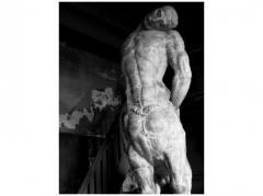 ブールデルの彫像のある黒い室内